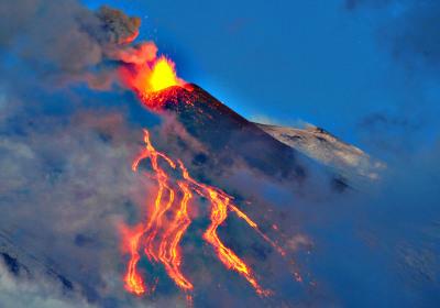 Вулканические Липарские острова под парусами